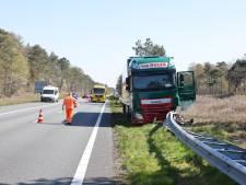 Vrachtwagen belandt op A28 bij 't Harde in de middenberm, snelweg richting Amersfoort dicht