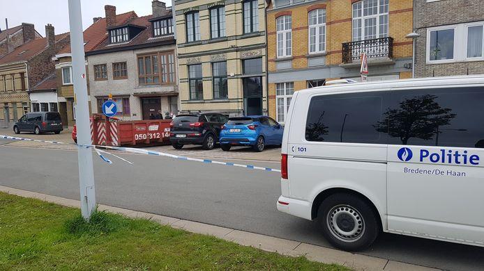 De politie, de recherche en het labo bij de woning in de Prinses Elisabethlaan in Bredene.