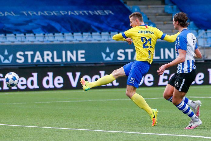 Mühren haalt uit voor zijn tweede goal tegen FC Eindhoven.
