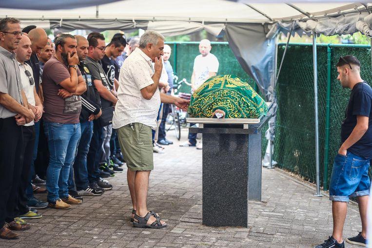 Familie en vrienden brengen een laatste groet aan Aziz Özel.
