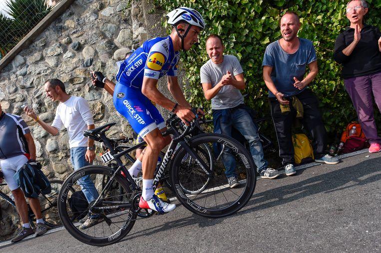 ► Julian Alaphilippe gaat diep tijdens Milaan-Turijn, vorige donderdag. Het is zijn laatste voorbereidingskoers op de Ronde van Lombarijde. Beeld Photo News