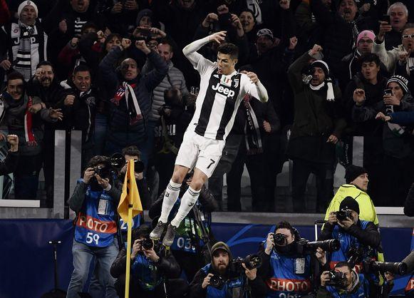 Ronaldo zweeft bij zijn viering door de Turijnse lucht.