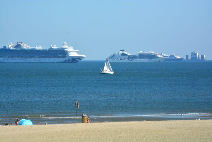 Cruiseschepen voor de kust van Den Haag.
