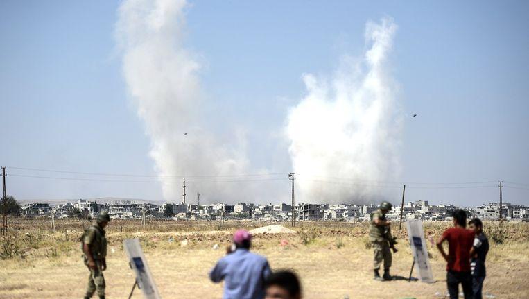 Bombardementen boven Kobani, een Syrische stad in handen van IS, nabij de Turkse grens. Beeld AFP