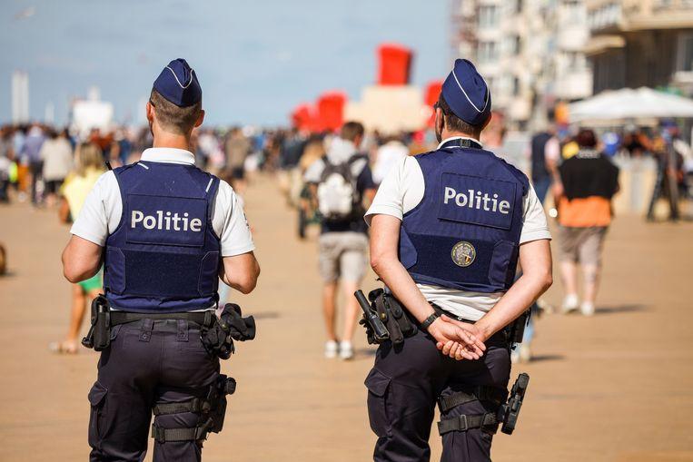 Archief. Een patrouille op de zeedijk van Oostende.