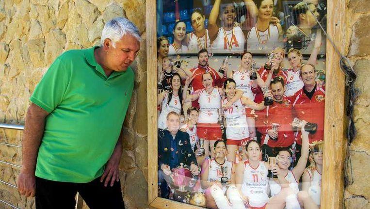 Evedasto Lifante, eigenaar van de volleybalclub waar Ingrid Visser in de jaren 2009 - 2011 heeft gespeeld, poseert bij een teamfoto met Visser (15). Beeld anp