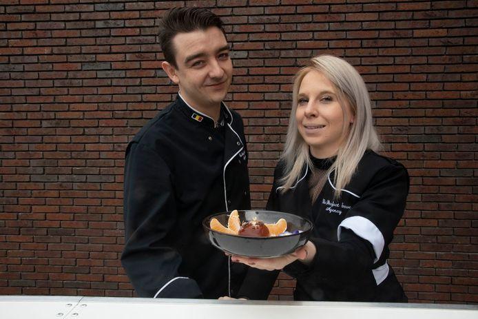 Lorenzo Waroux en Maite Lasoie van The Perfect Serve Agency serveren cocktails in een balletje.