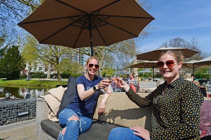 Nicole Wolbert (l) en Miriam Lamberts uit Hengelo zijn de eerste bezoekers van Paviljoen de Ontmoeting en worden getrakteerd op een glaasje rosé.