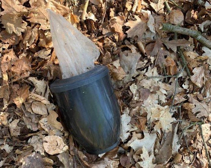 De urn met daarin een plastic zak met as, gevonden in het Wandelbos.