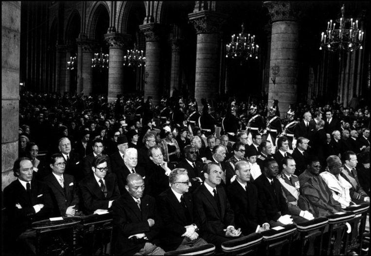 Een hele rist staatshoofden, met op de eerste rij onder anderen VS-president Richard Nixon, wonen in 1974 de begrafenis van Georges Pompidou in de Notre-Dame bij. Beeld ©Bruno Barbey / Magnum Photos