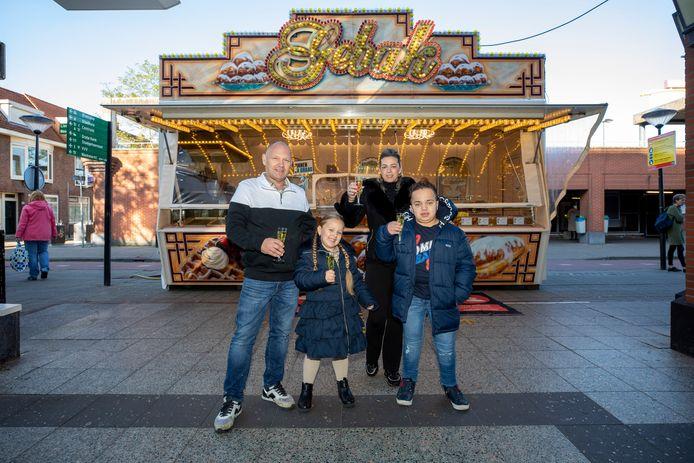 Door een gewonnen rechtszaak kon Henry Knoop, op de foto met zijn vrouw en kinderen, afgelopen winter nog één keer op zijn oude plek tussen Albert Heijn en de Liesveldgarage staan.