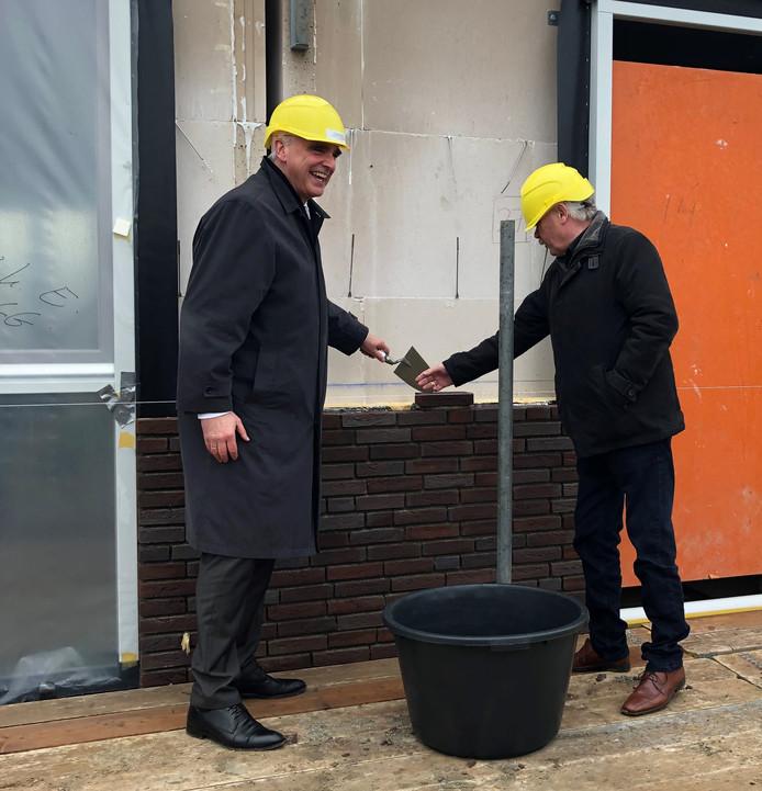 Wethouder Peter de Vries en een toekomstige bewoner bij de officiële start van de bouw van Het Voorste Veld.