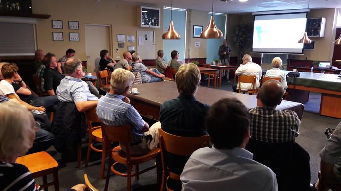 In De Geerhoek is maandag gediscussieerd over het zonnepark bij Wouw.