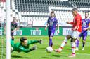 Myron Boadu opent de score tegen Heracles na een foutje van van doelman Janis Blaswich.