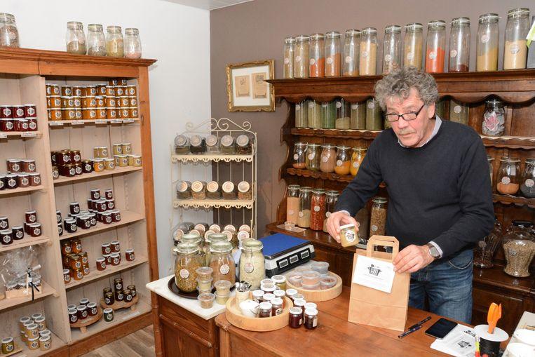 Fred Verhaert in zijn nieuwe pop-up winkel in Warande Beveren.