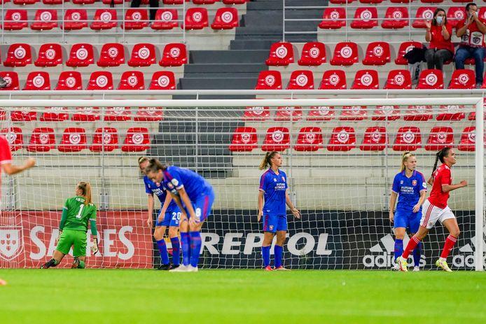 Teleurstelling bij de speelsters van FC Twente na een treffer van Benfica. De Enschedese ploeg kwam er donderdagavond in Lissabon niet aan te pas.