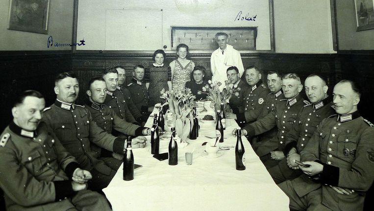 Bijeenkomst van leden van de Grüne Polizei. Thea Hoogensteijn zit aan het hoofd van de tafel Beeld Eva de Vos
