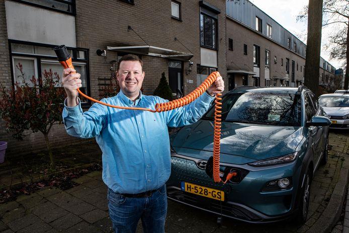 Jurgen van der Scheer is blij met zijn nieuwe elektrische auto, maar voor de deur van zijn huis aan de Bronsinklaan kan hij de bolide voorlopig niet opladen.