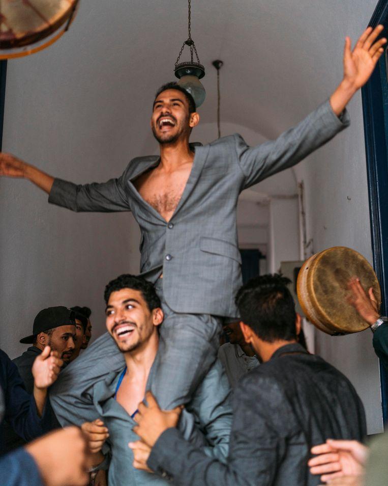 Choreograaf Serge-Aimé Coulibaly laat in 'iMedine' leden van rivaliserende gangs uit de medina van Tunis met elkaar dansen.  Beeld Rebecca Fertinel