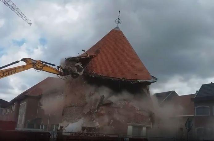 Het bekende torengebouw van de school is woensdag tegen de vlakte gegaan.