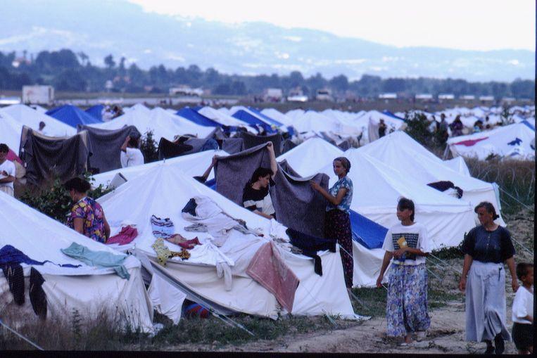 Vluchtelingen uit Srebrenica in het kamp in Tuzla in juli 1995.  Beeld Getty