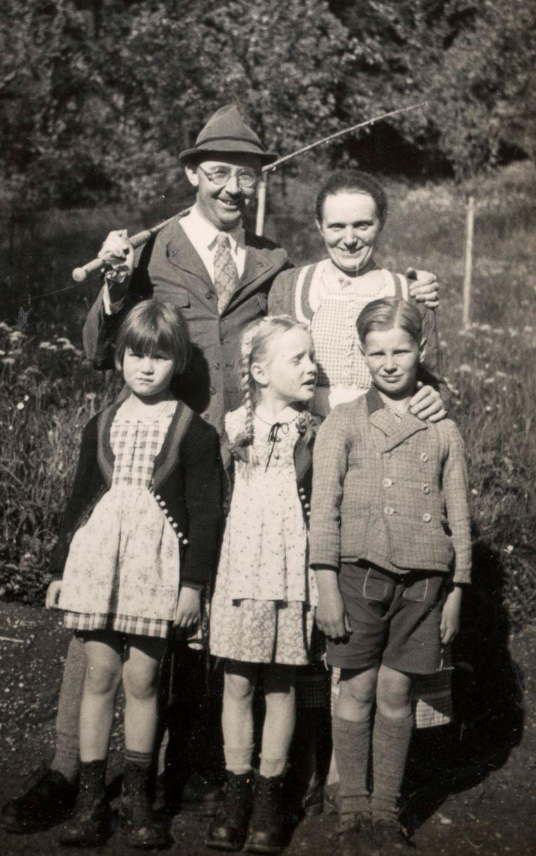 Heinrich Himmler met zijn vrouw en kinderen in 1935. Beeld ap