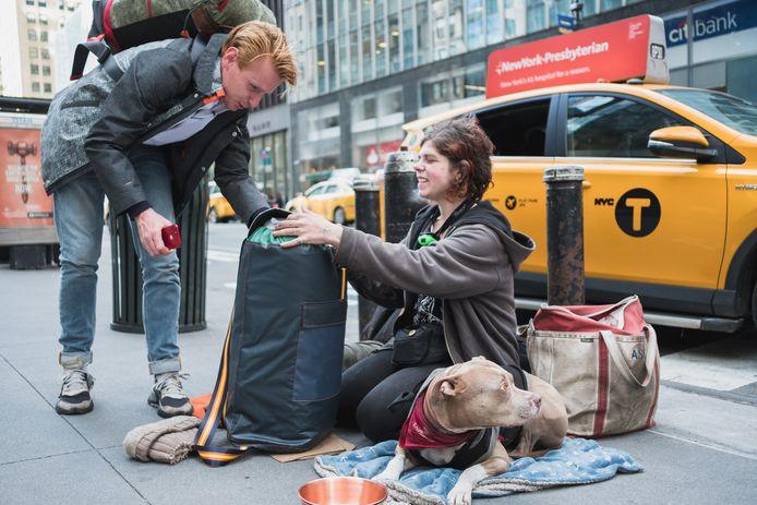 Bas Timmer met zijn sheltersuits in New York