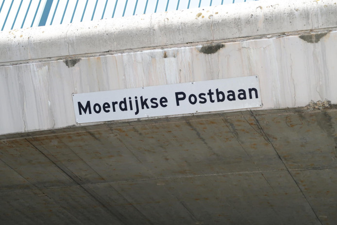 Viaduct over de Moerdijkse Postbaan brokkelt af.