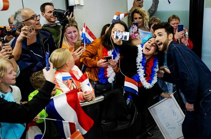 Het Songfestival levert ook na de finale nog een hoop spektakel op. Fans vechten om een plaatje met winnaar Duncan Laurence, die zijn voorkeur al heeft uitgesproken voor Rotterdam als organisator in 2020.