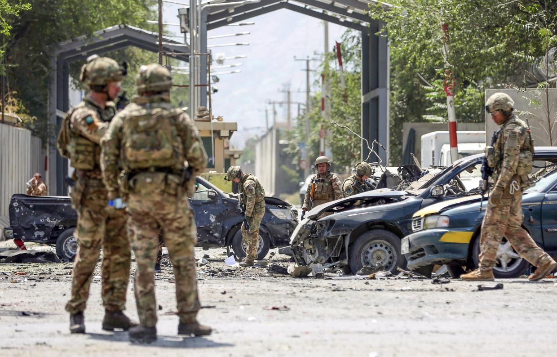 NAVO-militairen in Kaboel, vlak nadat op deze plek een autobom was afgegaan. Beeld AP