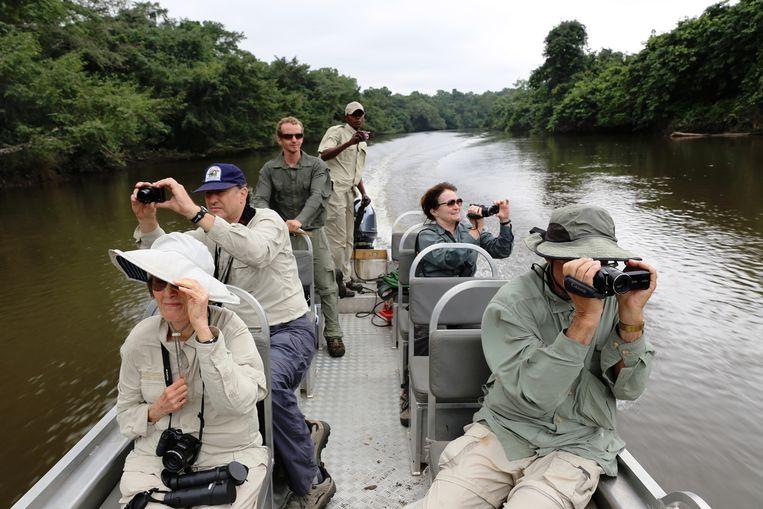 Boottochtje met toeristen in Congo. Hoewel het toerisme in heel Afrika te lijden heeft van de angst voor ebola, is er toch nog groei. Beeld Noël van Bemmel