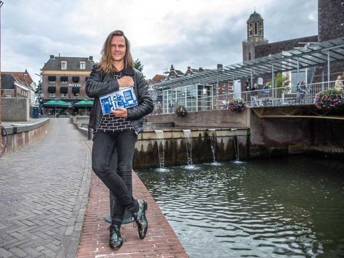 Kunstenaar Dennie Boxem en de Stichting Kunstproject Rodetorenplein Zwolle willen een draak van mozaïek realiseren op de watertrap bij het Rodetorenplein. Boxem hoopt dat honderden Zwollenaren een tegel willen aanschaffen waarop ze hun mooiste herinnering delen. Zo'n tegel (foto) komt dan terecht in het kunstwerk.