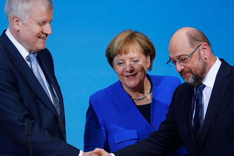 CSU-chef Horst Seehofer lachte. Bij Merkel konden er hoogstens wat kleine glimlachjes af. En Martin Schulz lachte niet, hij hield het bij zijn doordeweekse schuurpapiergezicht. Beeld REUTERS