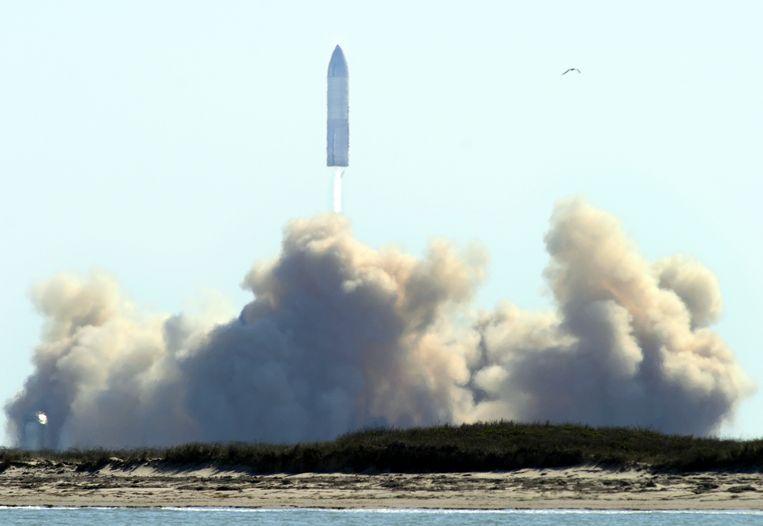 Het prototype van Musks Starship vlak na lancering in Texas, dinsdag. Beeld AP
