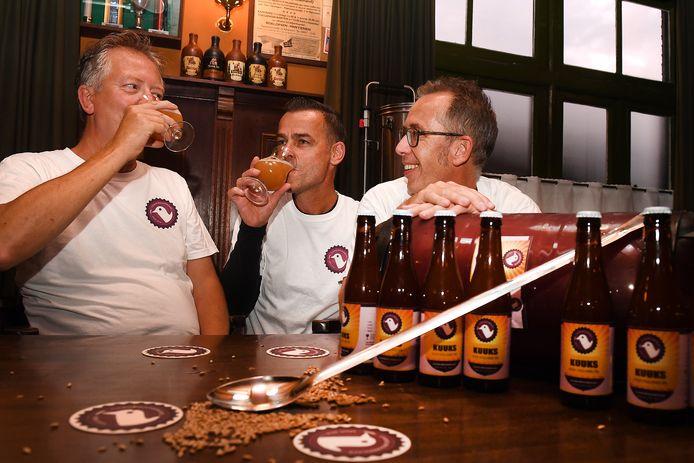 Rene Haring, Marcel Koot en Henk Winnen (v.l.n.r.) uit Cuijk hebben een nieuw biertje gemaakt: Kuuks.