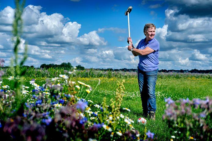 Marianne Kruijthoff laat zien hoe je een potje boerengolf speelt.