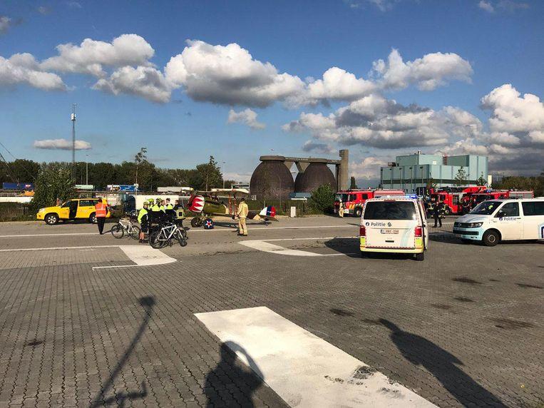 Politie en brandweer zijn massaal ter plaatse. Het kleine vliegtuigje landde op het stuk beton net naast de Antwerpse ring. Beeld Twitter
