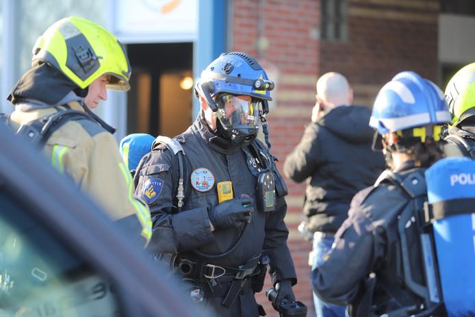 De politie tijdens de inval in Wateringen.