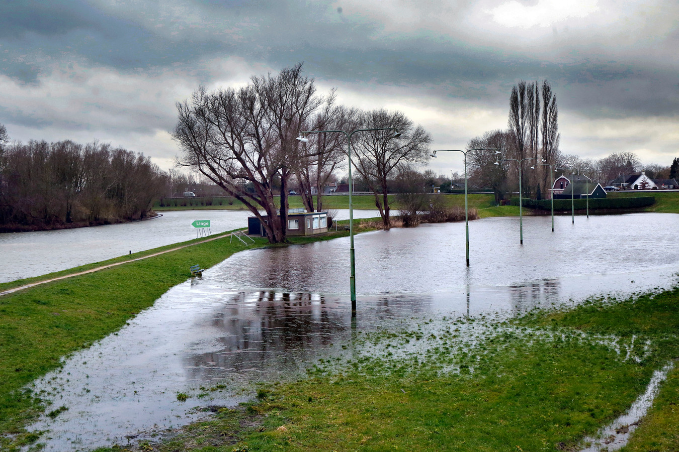 Een stukje van het Waardje in Arkel, met links de rivier de Linge.
