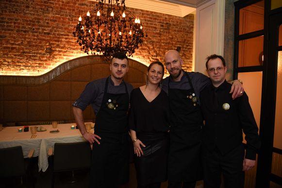 V.l.n.r. zien we Georges Zara (sous-chef), Dorotée Hoste (gastvrouw), Bart Tastenhoye (chefkok) en Seppe Van Beuren (sommelier).