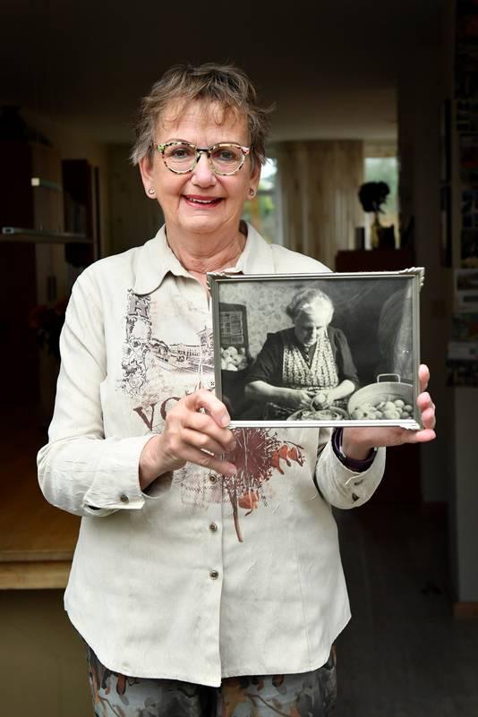 Annemiek Derksen met de foto van haar oma.