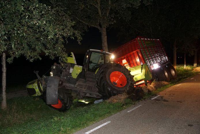 Auto botst op tractor bij Meppel
