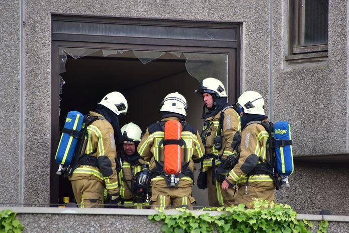 De brandweer vernielde één van de vele al eerder gevandaliseerde ramen om de brand te bestrijden in de voormalige Sint-Maartenskliniek in Kortrijk.