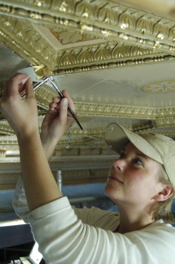 """De specialiteit van Femke Rinkel is het vergulden. """"Ik laat een oud plafond weer tot leven komen."""""""