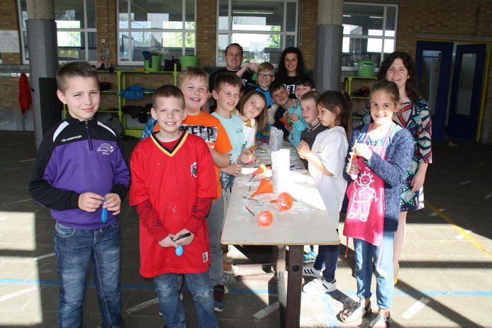 Joetz verbindt kinderen van het gewone en bijzondere onderwijs met elkaar tijdens workshops. Hier maken de kinderen stressballen