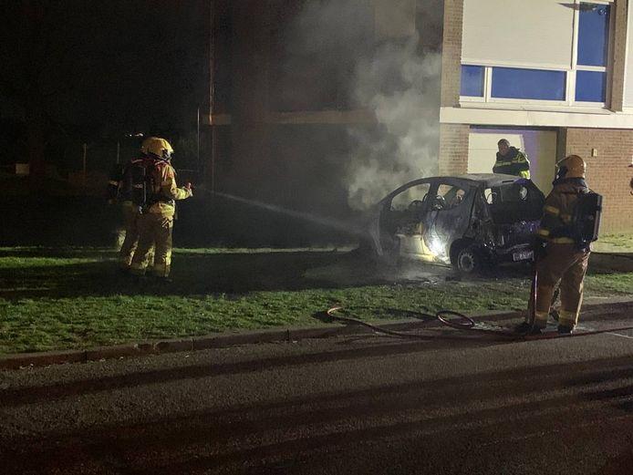 De auto in 'S-Heerenberg is aan de voorkant uitgebrand.