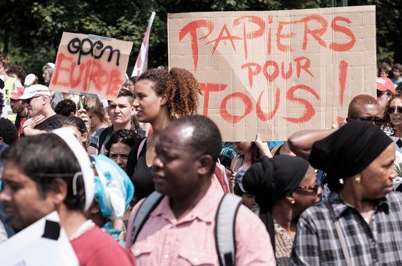 Duizend 'sans-papiers' demonstreren in Brussel tegen het asielbeleid van de regering nadat Theo Francken in een interview zei dat Europa vluchtelingenboten moet terugsturen.