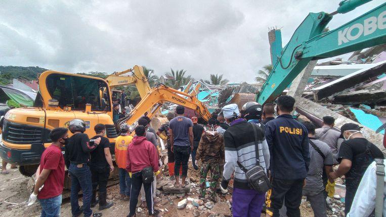 Reddingswerkers zoeken naar overlevenden na de aardbeving op Sulawesi.  Beeld AFP