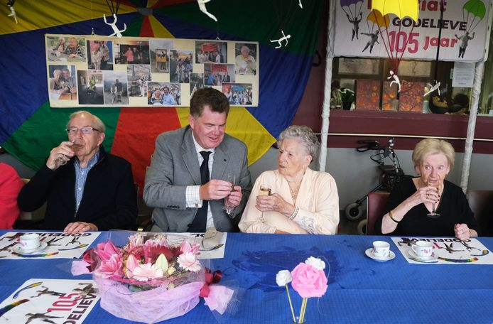 Godelieve klinkt met haar kleinzoon Danny Cool op haar verjaardag.