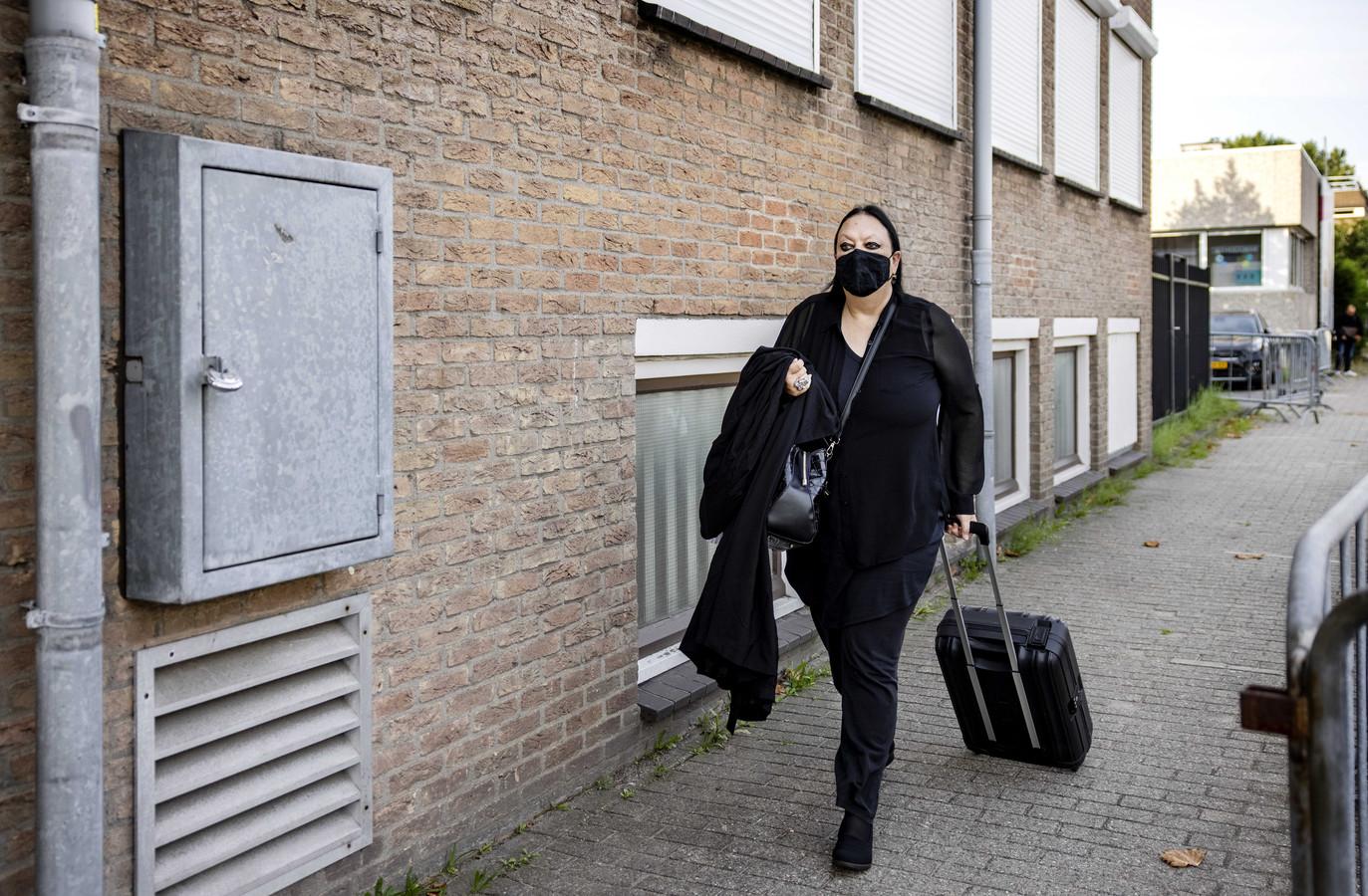 Advocaat Inez Weski komt aan bij de extra beveiligde rechtbank in Amsterdam-Osdorp, voorafgaand aan de hervatting van het liquidatieproces Marengo.